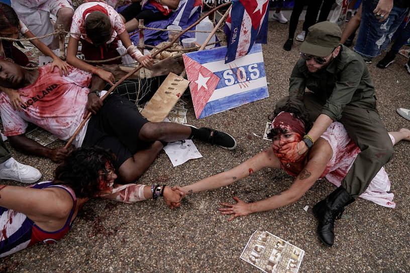 Вашингтон, США. Демонстранты во время перфоманса на тему взаимоотношений между народом и правительством Кубы
