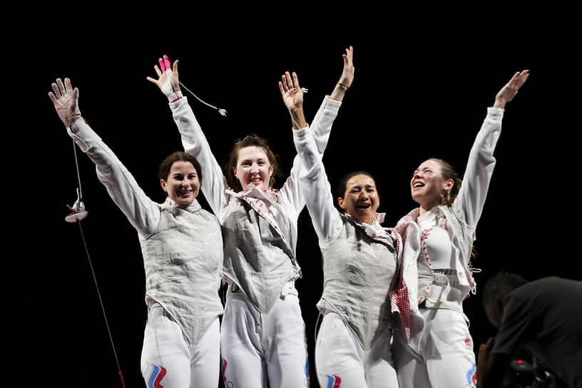 Золото. Слева направо: Инна Дериглазова, Лариса Коробейникова, Аделина Загидуллина, Марта Мартьянова. Фехтование на рапирах
