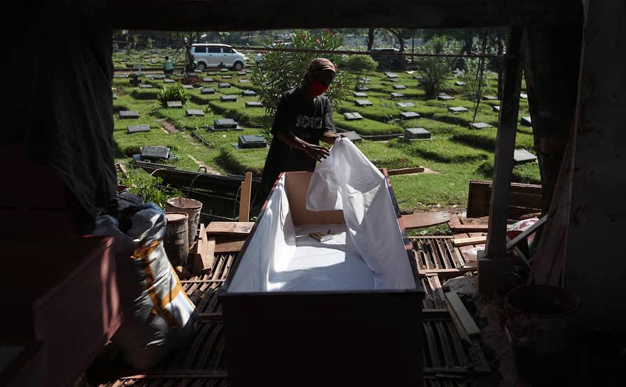 Джакарта, Индонезия. Рабочий делает гроб для жертв коронавируса