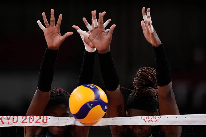 Токио, Япония. Волейболистки из Доминиканской Республики блокируют мяч во время матча против Бразилии на летних Олимпийских играх 2020 года