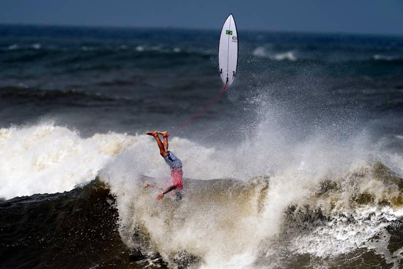 Пляж Цуригасаки, Япония. Бразилец Габриэль Медина свалился с волны во время соревнований по серфингу среди мужчин на летних Олимпийских играх 2020 года