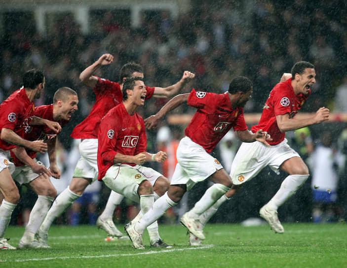 В 2008 году в борьбе за кубок Лиги чемпионов на стадионе сошлись «Манчестер Юнайтед» и «Челси». Антигероем той игры, не забившим решающий пенальти, стал капитан «Челси» Джон Терри, поскользнувшийся на мокром газоне «Лужников»