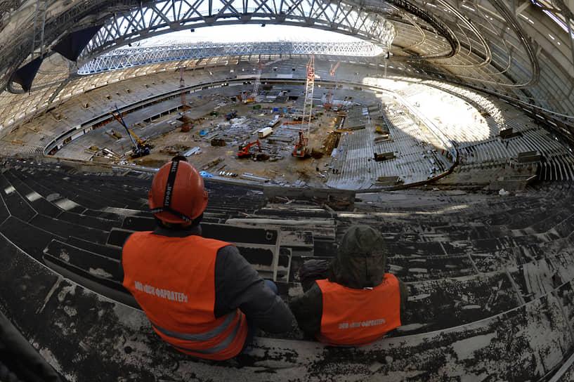 Во время реконструкции внутренняя арена была полностью снесена, а на ее месте возведены новые трибуны, изменившие свою геометрию. На новом стадионе были заметно улучшены зрительские позиции, в том числе и благодаря удалению легкоатлетических дорожек