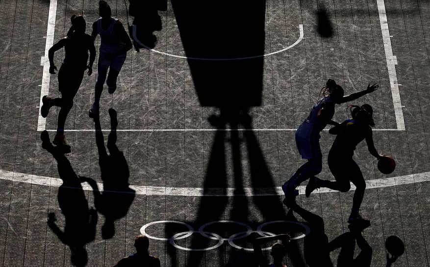 Токио, Япония. Баскетбольный матч между женскими сборными Франции и Румынии