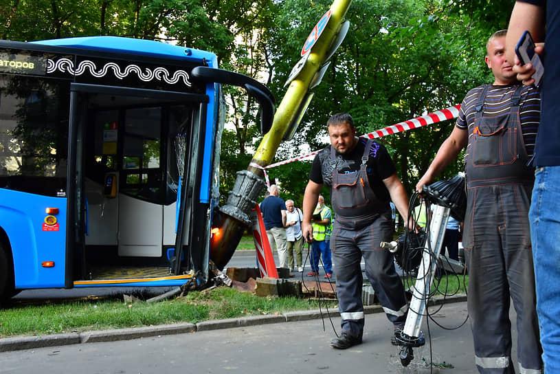 Москва, Россия. Автобус с пассажирами въехал в столб напротив здания Московского государственного университета