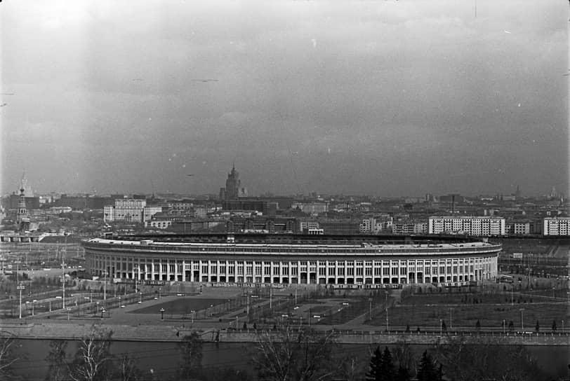 Также в 1957 году в «Лужниках» прошел Всемирный фестиваль молодежи и студентов. Под трибунами арены был построен комплекс помещений, включая тренировочные залы, рестораны и гостиницу. В этом же году на стадионе открылся Музей спорта