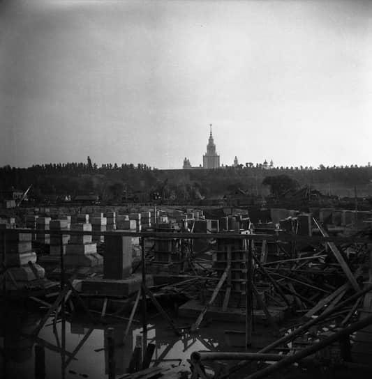 Строительство стадиона началось в марте 1955 года и было закончено в рекордно короткие сроки — за 450 дней