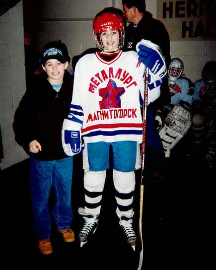Евгений Малкин родился 31 июля 1986 года в Магнитогорске Челябинской области. Его отец Владимир Малкин сам занимался хоккеем и с трех лет начал приучать сына к этому виду спорта