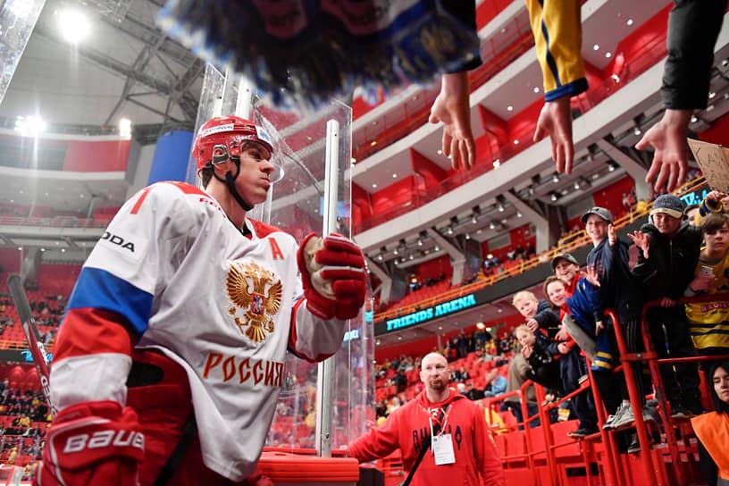 В 2017 году Евгений Малкин занял шестое место в рейтинге журнала «Forbes» среди российских знаменитостей. Его доход составил  $9.5 млн