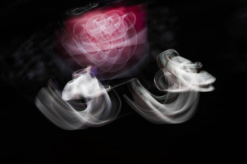 Токио, Япония. Француженка Анита Блейз и итальянка Арианна Эрриго в полуфинале олимпийских соревнований по фехтованию на рапире
