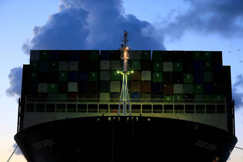 Роттердам, Нидерланды. Контейнеровоз Ever Given, ставший в марте причиной блокировки Суэцкого канала, прибыл в порт