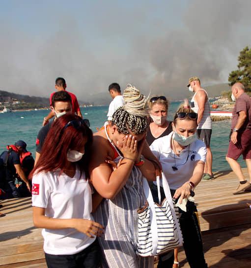 По данным CNN Turk, в Мармарисе несколько отелей начали эвакуировать постояльцев на фоне возгораний
