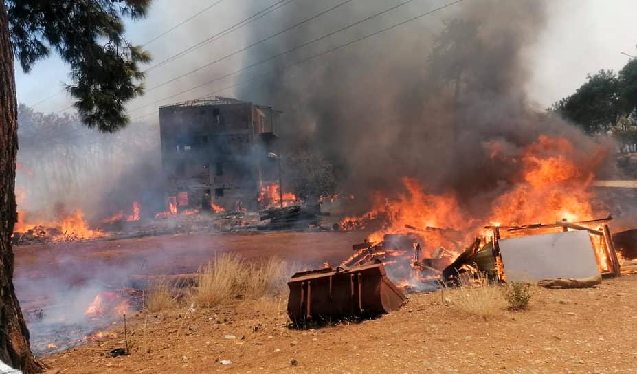 Из-за сильного ветра огонь быстро перекинулся на находящиеся поблизости населенные пункты и сельскохозяйственные угодья