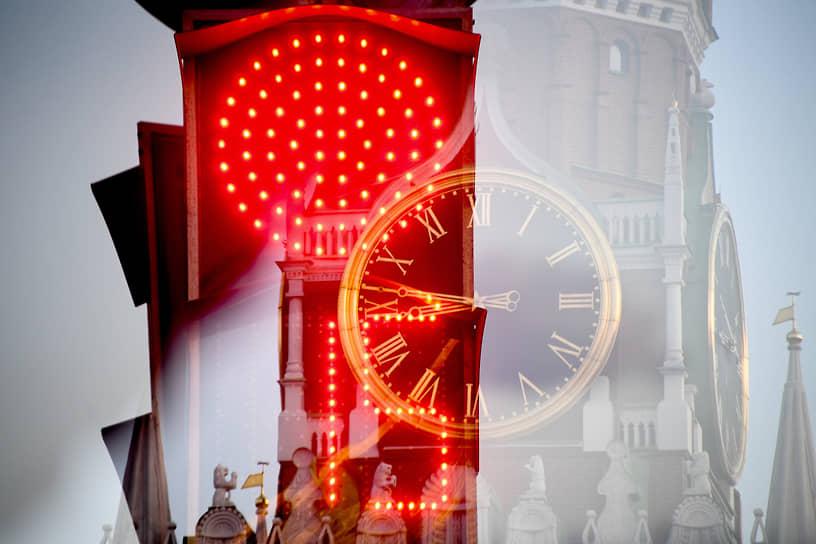Москва, Россия. Красный сигнал светофора и куранты Спасской башни Кремля