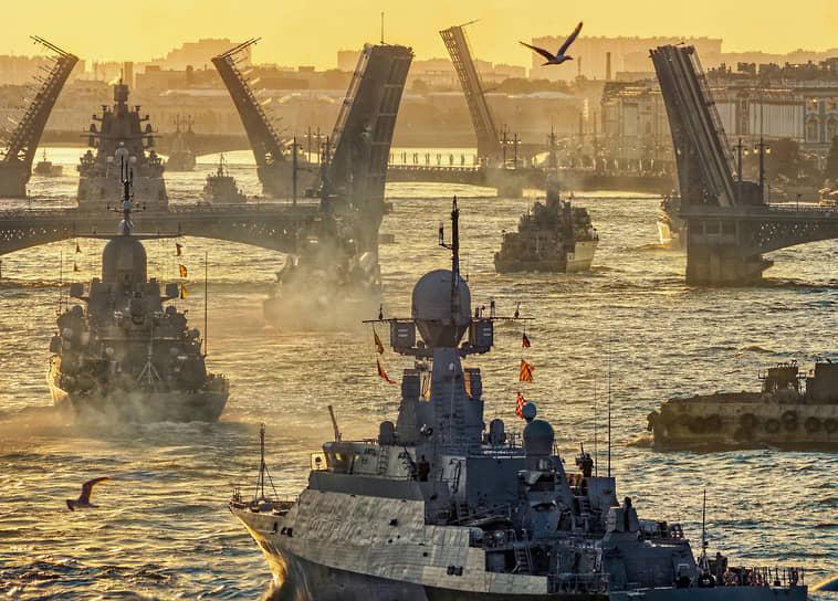 Санкт-Петербург, Россия. Репетиция военно-морского парада в честь Дня ВМФ в акватории реки Невы