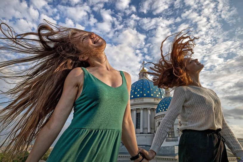Санкт-Петербург. Девушки на фоне Троице-Измайловского собора