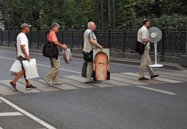 Москва. Мужчины идут через дорогу по пешеходному переходу в центре города