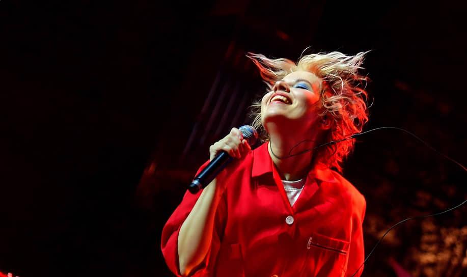 Москва. Певица Kate NV (Екатерина Шилоносова) во время выступления в баре «Стрелка»