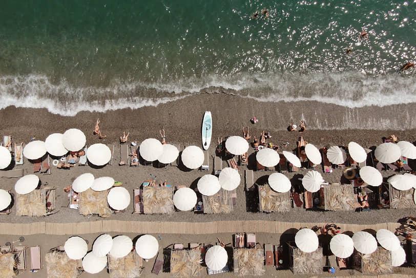 Алушта, Россия. Отдыхающие загорают на пляже Крыма