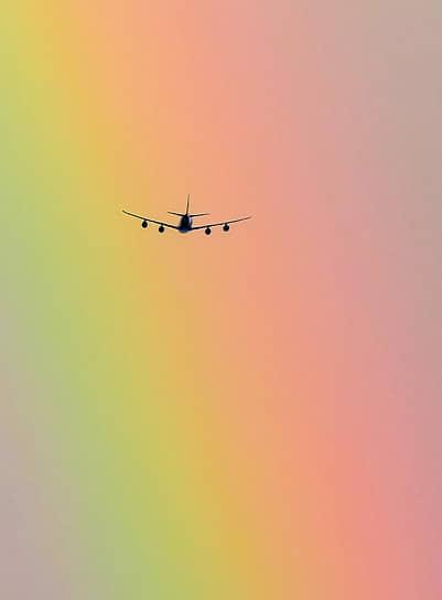 Красноярск, Россия. Самолет на фоне радуги
