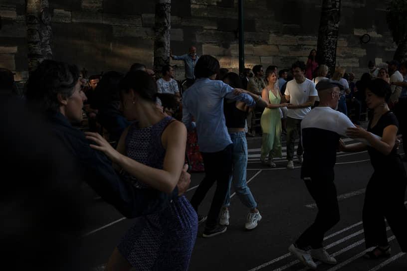 Париж, Франция. Люди танцуют возле ресторана