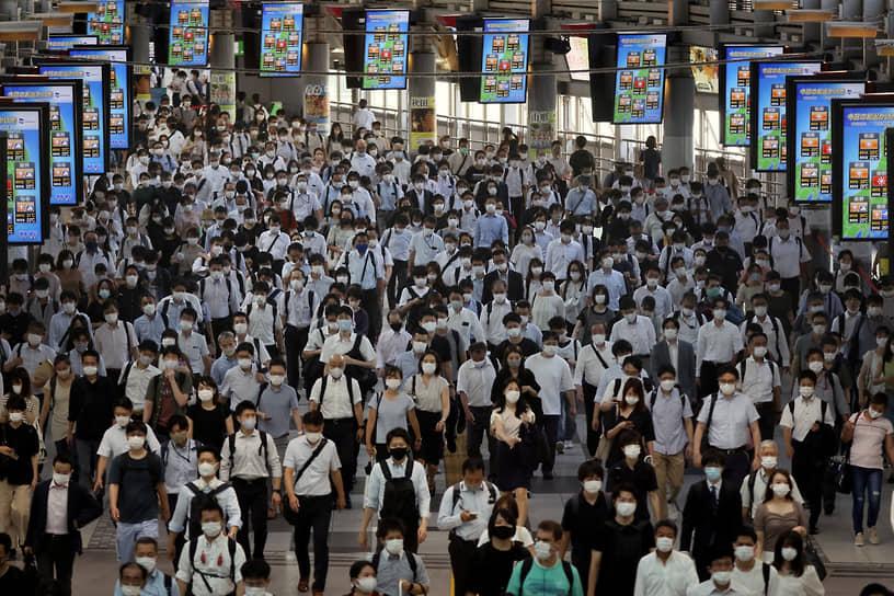 Токио, Япония. Пассажиры на железнодорожной станции