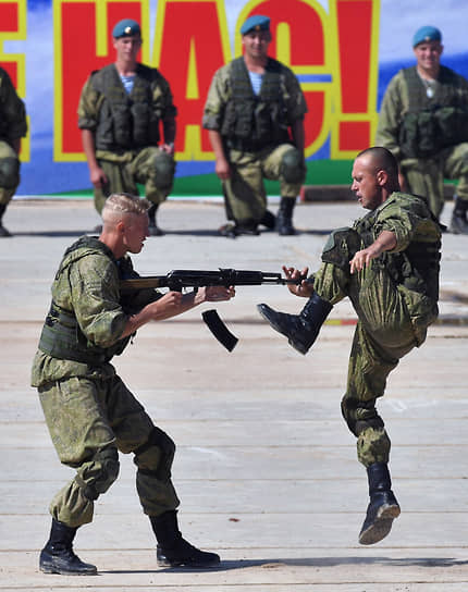 Десантники отдельного разведывательного батальона Ивановского гвардейского соединения ВДВ провели показательные выступления по рукопашному бою