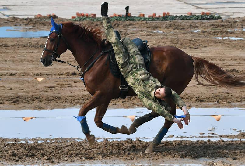 Также на Алабино состоялись показательные выступления на лошадях вьючно-транспортного взвода Рязанского гвардейского высшего воздушно-десантного командного училища
