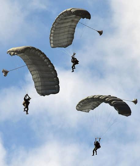 После этого состоялся показ боевых возможностей подразделений ВДВ, в рамках которого прошло высотное десантирование с высоты 1500 м