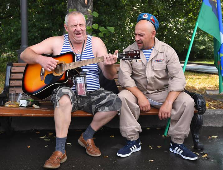 Бывшие десантники с гитарой в Парке Горького