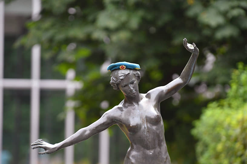 Скульптура «Девушка на буме» в голубом берете в Парке Горького