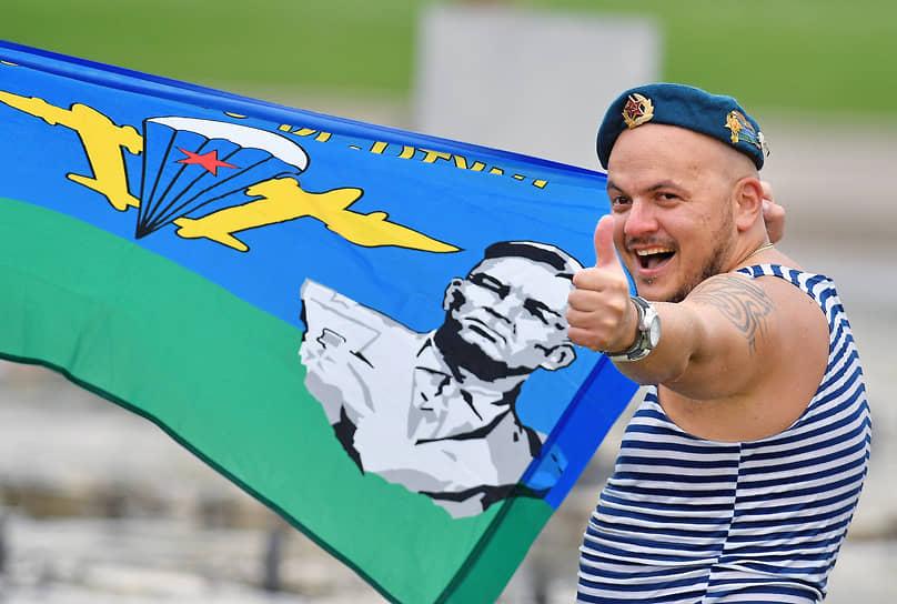 Бывший десантник с флагом ВДВ в Парке Горького
