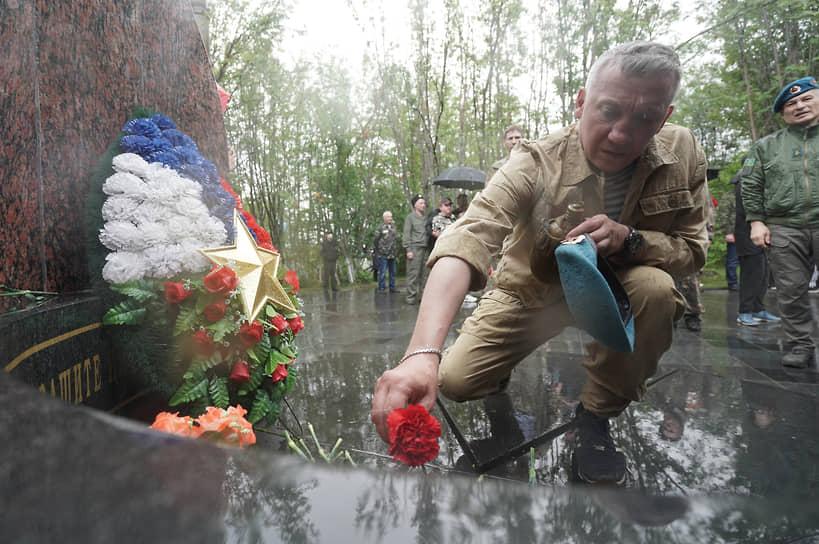 Возложение цветов к памятнику жителям Мурманска, погибшим при исполнении воинского долга и защите интересов Отечества