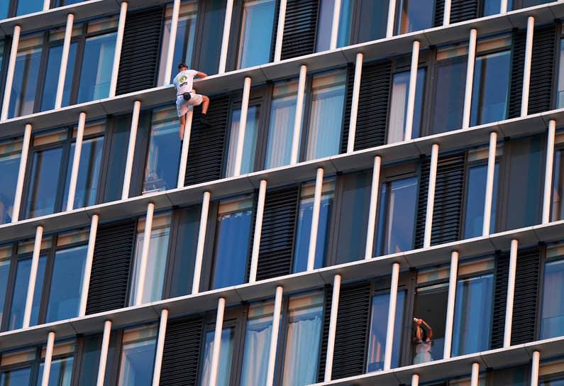 Лондон, Великобритания. Альпинист-одиночка Джордж Кинг поднимается на 36-этажное жилое здание