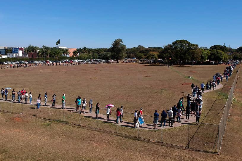 Бразилиа, Бразилия. Очередь на вакцинацию от COVID-19