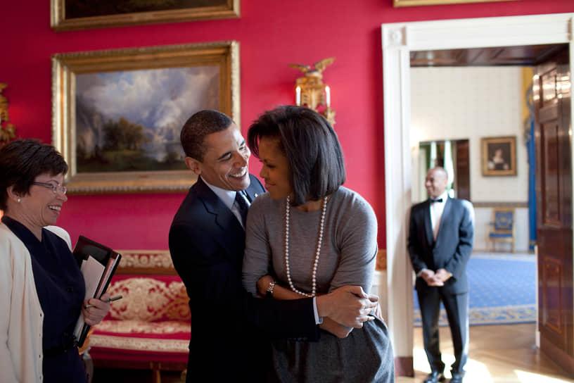 «Я скучаю по воскресеньям, когда я мог просто лениво встать с кровати, не бриться, посадить дочек в машину и поехать с ними в супермаркет, сделать себе сок, помыть машину, погулять…» <br>С 1992 года Барак Обама женат на адвокате Мишель Робинсон (на фото). В браке родились две дочери — Малия Энн (1998) и Наташа (2001), более известная как Саша