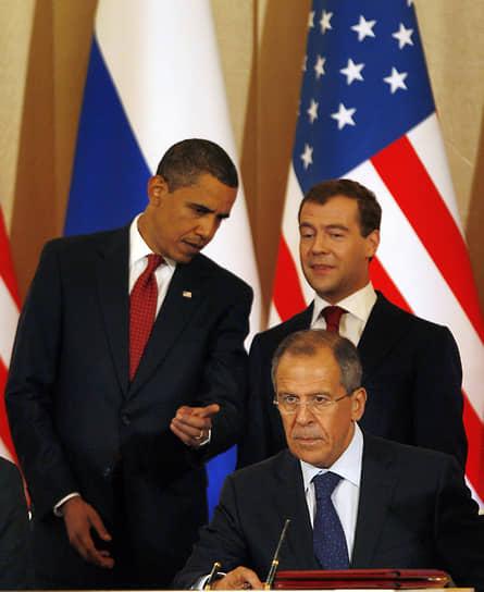 «Президент Дмитрий Медведев казался олицетворением новой России: молодой, подтянутый и одетый в модные костюмы европейского кроя. За исключением того, что он не был реальной властью в России. Это место занимал его покровитель — Владимир Путин, бывший офицер КГБ» <br>Во время первого президентского срока Барака Обамы было объявлено о перезагрузке российско-американских отношений. В 2010 был подписан договор о мерах по дальнейшему сокращению и ограничению стратегических наступательных вооружений, однако впоследствии напряженность между РФ и США нарастала <br>На фото: президент США Барак Обама, глава МИД России Сергей Лавров и президент России Дмитрий Медведев, 2009 год