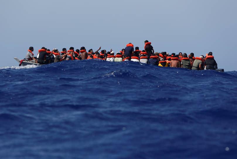 Остров Лампедуза, Италия. Нелегальные мигранты на деревянной лодке в Средиземном море