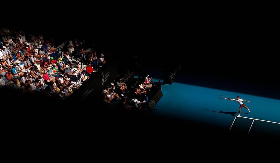 В январе 2020 года Федерер выиграл свой сотый матч на Открытом чемпионате Австралии. Этот турнир оказался для него единственным в сезоне: травма правого колена заставила теннисиста перенести две операции, а сам сезон был укорочен из-за пандемии COVID-19. В июне Федерер сообщил, что в 2020 году на корт уже не вернется