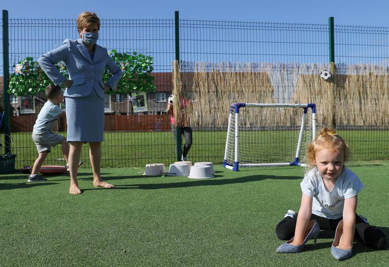 Фоллин, Великобритания. Первый министр Шотландии Никола Стерджен во время посещения детского сада