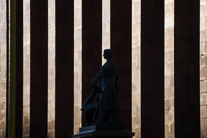 Москва, Россия. Статуя у главного здания МГУ на Воробьевых горах