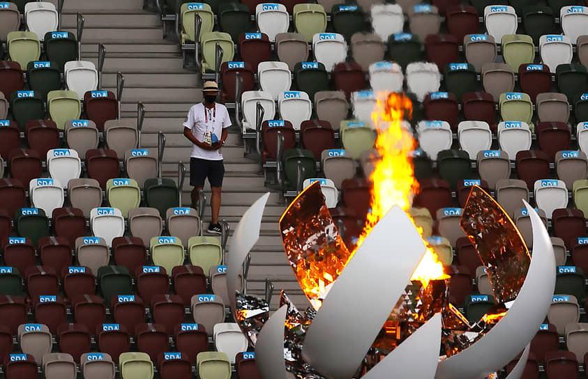 Олимпийский огонь был погашен под музыкальную композицию французского композитора Клода Дебюсси
