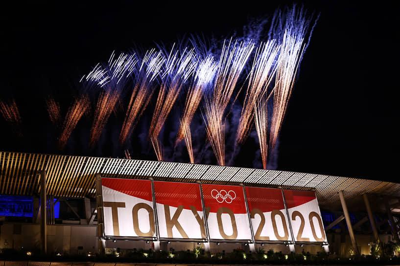 Фейерверк над стадионом во время церемонии закрытия Игр