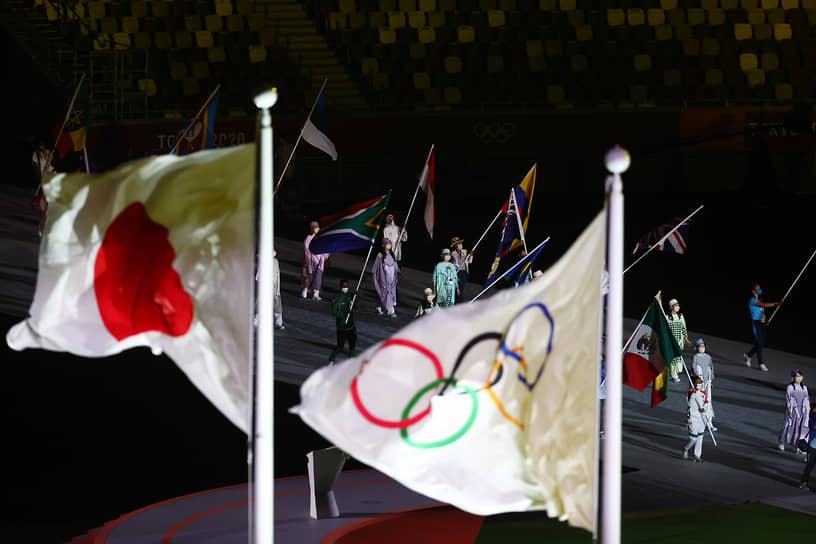 Японский и олимпийский флаги на стадионе