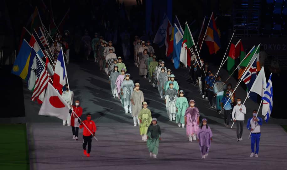 Знаменосцы на церемонии закрытия. Флаг Олимпийского комитета России на арену вынес двукратный олимпийский чемпион, борец вольного стиля Абдулрашид Садулаев