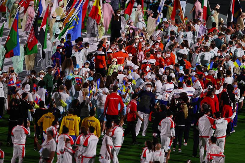 Парад спортсменов во время церемонии закрытия Игр
