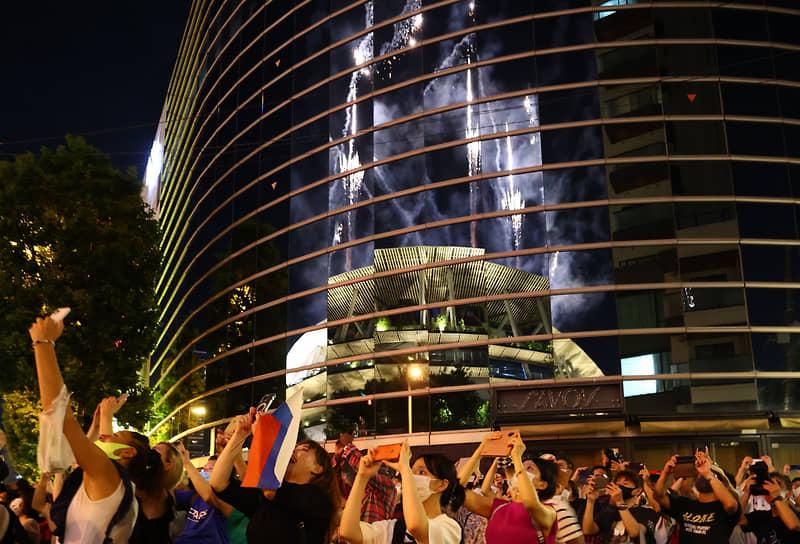 Перед церемонией закрытия противники проведения Олимпийских и Паралимпийских игр в Токио собрались рядом с национальным стадионом. Протестующие держали в руках транспаранты с надписями «Олимпиада убивает бедных!» и «Остановите Олимпиаду!»