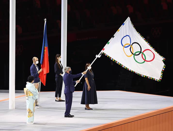 В конце церемонии глава Международного олимпийского комитета Томас Бах передал олимпийский флаг мэру Парижа Анн Идальго