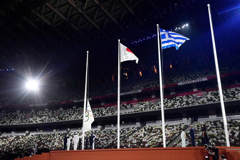 Олимпийский флаг был приспущен во время церемонии закрытия
