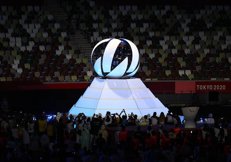 Закрытый постамент в форме цветка лотоса, где горел огонь Олимпиады